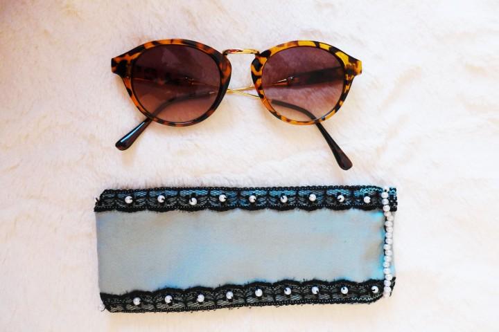 Brillenetui mit Spitze undPerlen