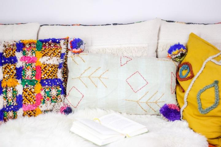 DIY Upcycling: Boho-Kissen mit Pompoms aus einer alten Leinenblusenähen