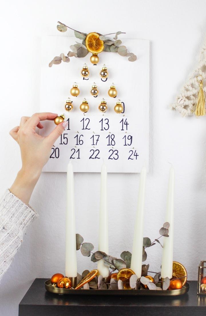DIY Christbaum-Adventskalender auf einem Holzbrettbasteln